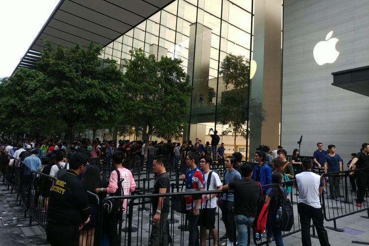 Suasana antrean jelang penjualan iPhone X di Apple Store Singapura, Jumat (3/11/2017) pagi.