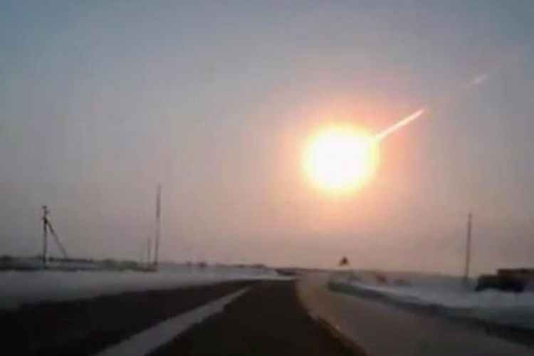Adegan yang diambil dari rekaman video seorang pengendara mobil dari Kostanai, Kazakhstan, ke Chelyabinsk, Rusia, Jumat (15/2/2013) memperlihatkan bola api besar meteor yang meledak.