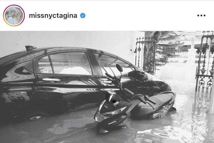 Rumah Nycta Gina terendam banjir.
