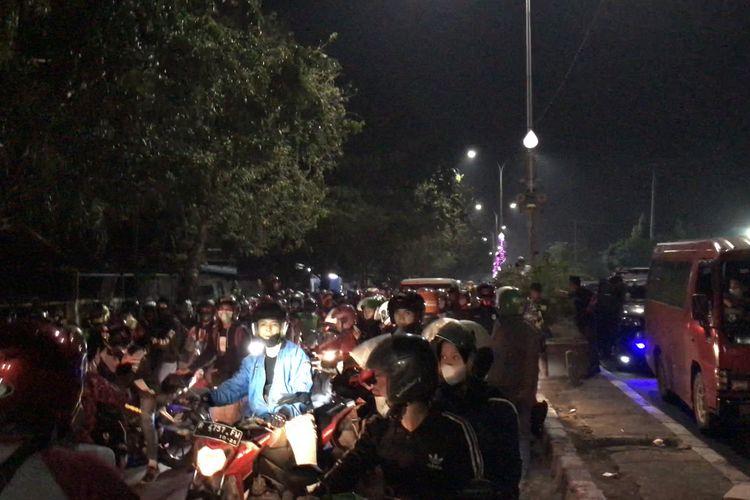 Aksi provokasi terjadi di tengah para pemotor jelang jelang penyekatan di perbatasan kabupaten, Karawang, Jawa Barat pada Selasa (11/5/2021) dini hari.