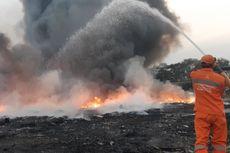 Warga Swafoto di Lokasi Kebakaran di Kamal, Petugas Sibuk Padamkan Api