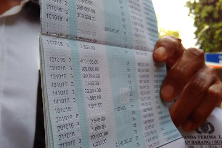 Salah satu nasabah Bank BRI di Kota Mataram menunjukkan buku tabungan, Senin (31/10/2016).
