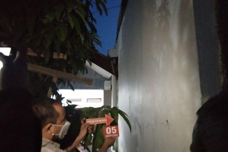 Tim Inafis Polres Karawang tengah melakun olah TKP di rumah Kades Pinayungan, Dusun Sukamulya, Desa Pinayungan, Kecamatan Telukjambe Timur, Kabupaten Karawang, Selasa (28/9/2021).