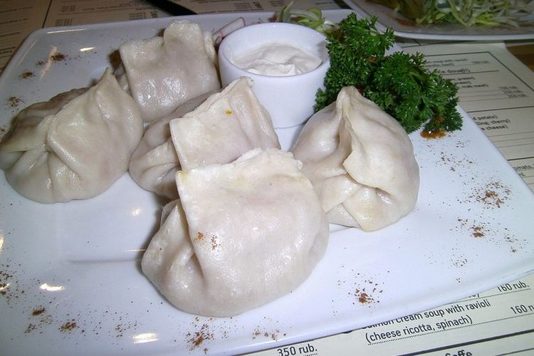 Manti, hidangan khas Idul Fitri dari Rusia yang menyerupai pangsit dengan isian daging sapi atau domba.
