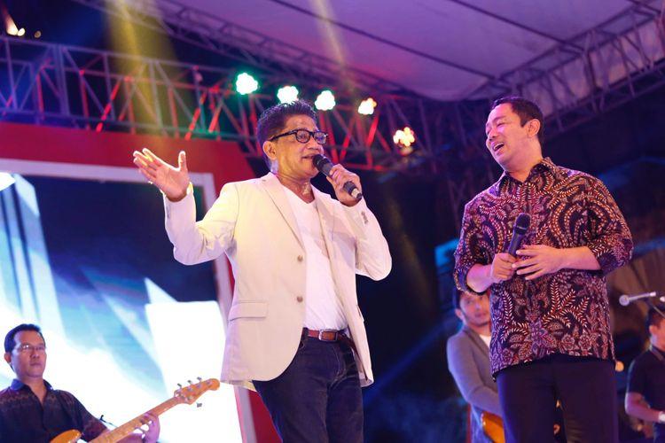 Wali Kota Semarang Hendrar Prihadi bernyanyi bersama penyanyi Andre Hehanusa pada peringatan HUT Kemerdekaan RI ke-72, Sabtu (26/8/2017) malam.