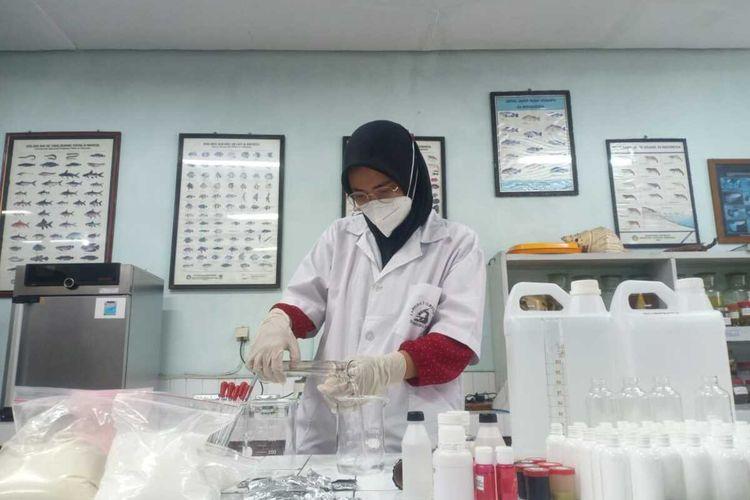 Mahasiswa Universitas Brawijaya (UB) saat membuat body lotion yang dapat cegah penularan Covid-19.