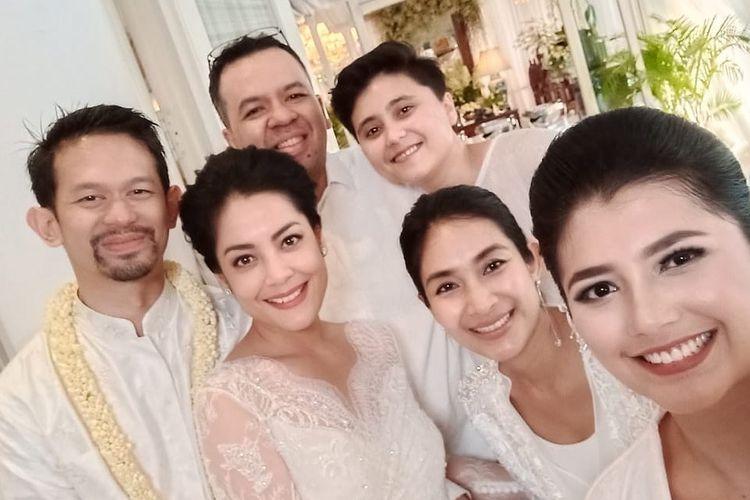 Happy Salma mengunggah fotonya bersama Lulu Tobing dan kekasihnya Bani M Mulya berserta rekan-rekannya yang lain.