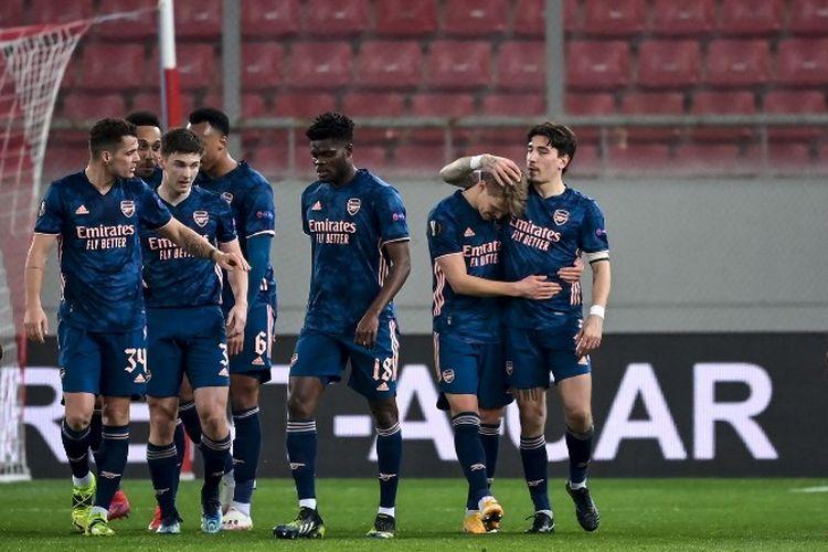 Para pemain Arsenal merayakan gol Martin Odegaard (tengah) ke gawang Olympiakos pada laga leg pertama babak 16 besar Liga Europa 2020-2021 di Stadion Giorgios Karaiskakis, 11 Maret 2021.