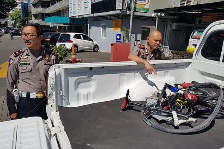 Kapolrestabes Bandung, Kombes Hendro Pandowo, tengah melihat sepeda milik pebalap Hari Fitriadi yang hancur setelah mengalami kecelakaan di Subang, Jumat (6/7/2018)