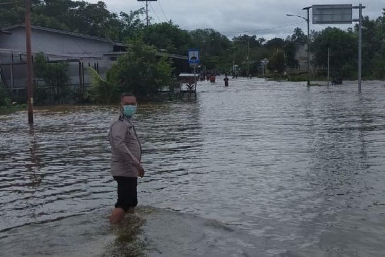 Sejumlah desa di Kecamatan Simpang Dua, Kabupaten Ketapang, Kalimantan Barat terendam banjir. Banjir membuat beberapa akses jalan terputus dan sejumlah lokasi terisolir. Ratusan warga juga telah mengungsi ke daratan yang lebih tinggi.