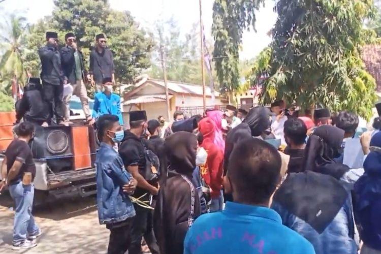 Warga Kecamatan Batang-Batang dan Pemuda Peduli Sumenep berunjuk rasa di depan kantor kecamatan Kamis (19/8/2021) mendesak Camat Joko Suwarno mundur dari jabatannya.