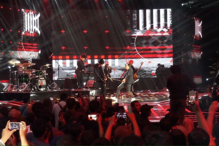 Grup band legendaris Dewa 19 meriahkan panggung Grand Final Indonesian Idol X, Senin (24/2/2020).