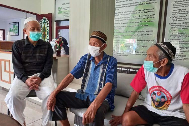 Tiga lansia, Imam Narowi (kiri), Mulyo Suparjo (tengah) dan Dahri (kanan) saat ditemui Kompas.com di Panti Sosial Tresna Wherda Nirwana Puri Samarinda, Kaltim, Selasa (23/2/2021).