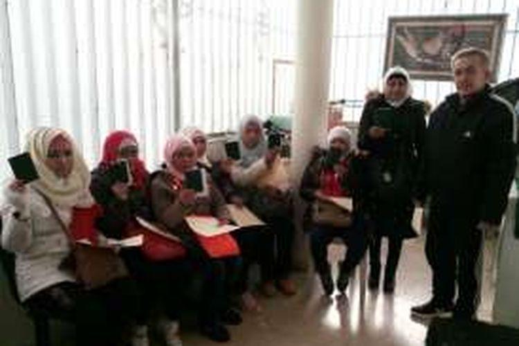 Ketujuh TKI asal Indonesia yang dikeluarkan dari Aleppo saat berada di KBRI Damaskus, Suriah.