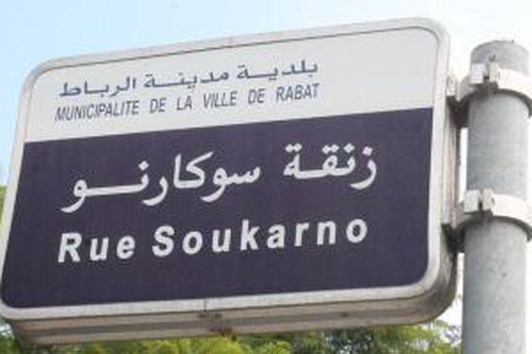Plang nama Jalan Soukarno di Rabat, Maroko.