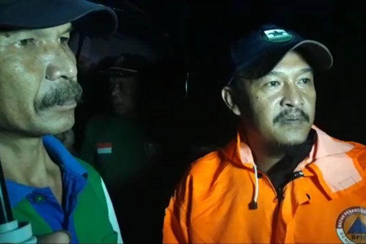 Anggota BPBD Sumedang bersama warga di lokasi rumah rusak akibat angin puting beliung, Sabtu (23/2/2019) sore.