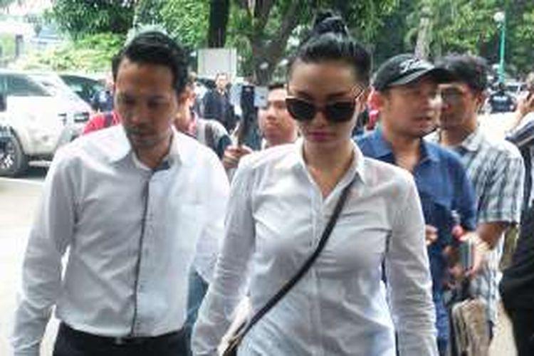 Zaskia Gotik bersama kekasihnya tiba di Polda Metro Jaya, Kamis (24/3/2016).