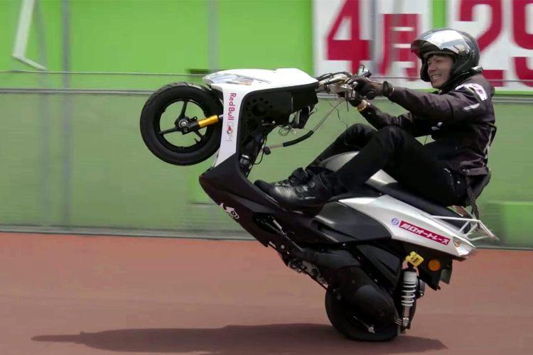 Masaru Abe sukses pecahkan rekor wheelie sejauh 500 km.