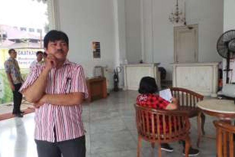 Salah seorang warga asal Jakarta Utara, Sem Simanjuntak, kecewa setelah gagal memberi undangan pernikahan keponakannya kepada Basuki Tjahaja Purnama di Balai Kota DKI Jakarta, Jumat (28/10/2016).