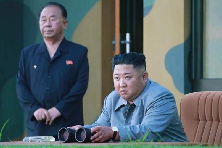 Pemimpin Korea Utara (Korut) Kim Jong Un ketika menyaksikan uji coba senjata kaliber besar terbaru yang dia klaim bakal membuat musuh sangat kesulitan.