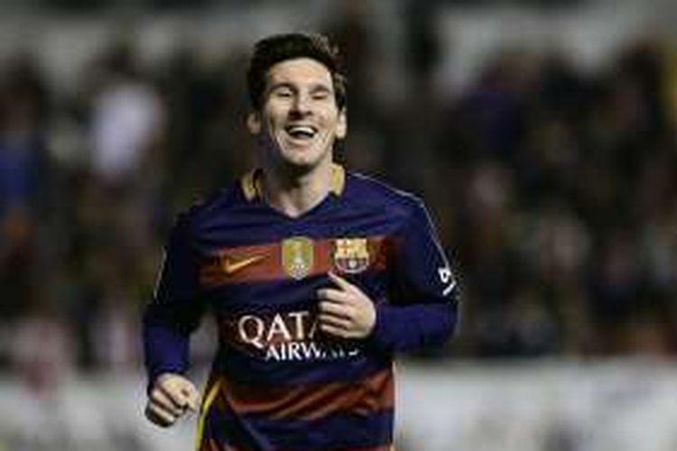Penyerang Barcelona, Lionel Messi, melakukan selebrasi usai membobol gawang Rayo Vallecano, pada laga La Liga di Estadio del Rayo Vallecano, Kamis (3/3/2016) waktu setempat.