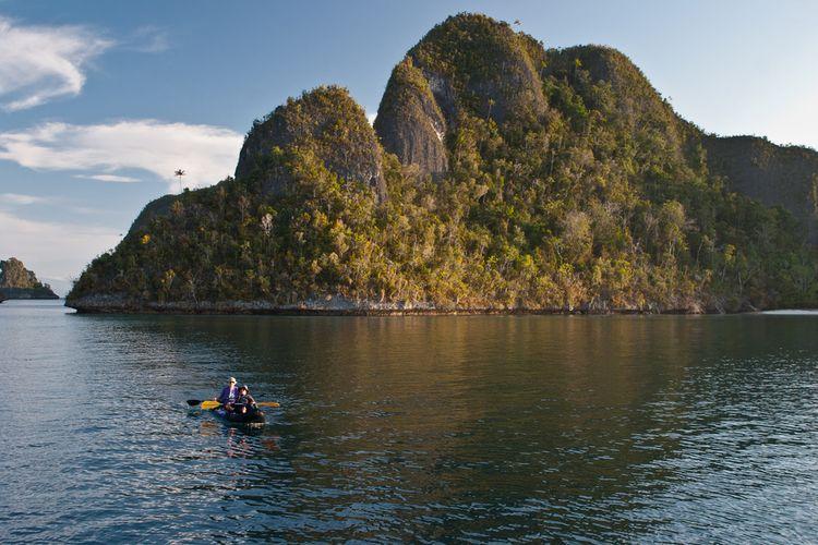 Ilustrasi kayaking di Raja Ampat.