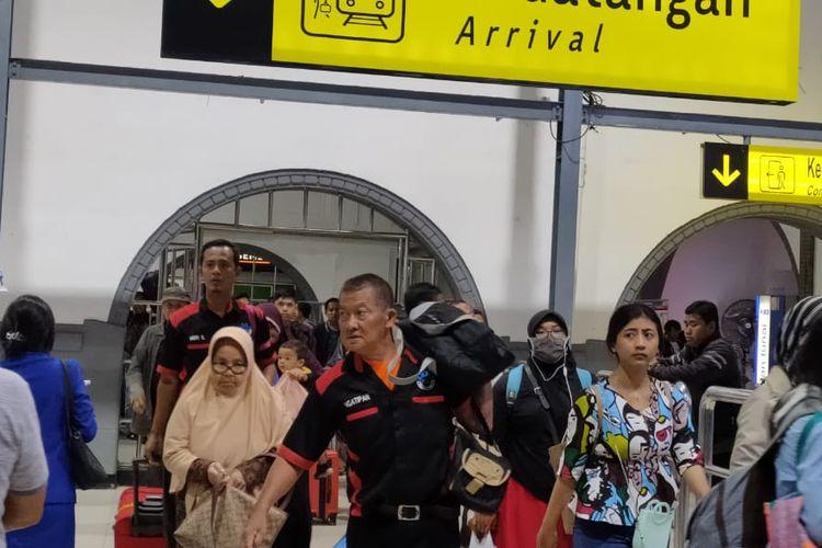 Jasa porter tampak masih banyak terlihat di Stasiun Pasar Senen, Rabu (20/11/2019). Meski tak memiliki patokan harga, namun jasa porter tetap diminati penumpang terutama penumpang lanjut usia dan keluarga.