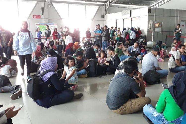 Ribuan calon penumpang commuter line di Stasiun Bogor nampak berjejal paska pemadaman istrik yang terjadi hampir di seluruh wilayah Jabodetabek, Minggu (4/8/2019).