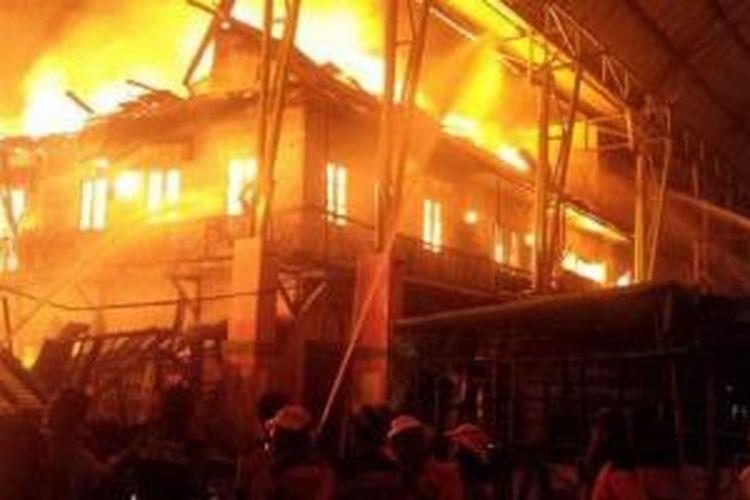 Puluhan ruko di kawasan kompleks Pasar Tengah, Jalan Tanjungpura, Pontianak, Kalimantan Barat, dilalap api, Jumat (21/8/2015) malam.