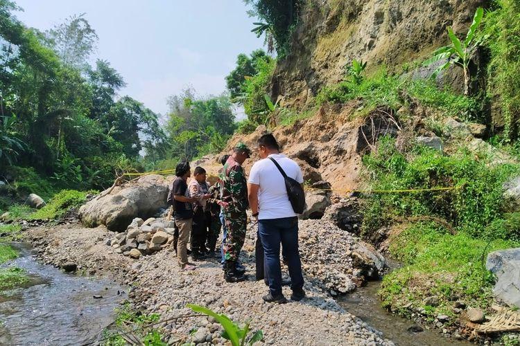 Lokasi tebing Sungai Boyong, Dusun Kalireso, Desa Candibinangun, Kecamatan Pakem, Kabupaten Sleman   yang longsor dan menyebabkan satu orang penambang meninggal dunia dipasangi garis Polisi.
