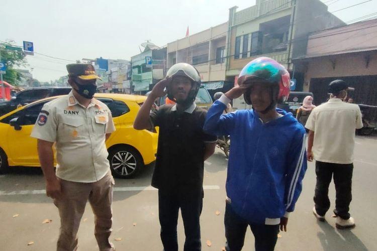 Warga diberikan sanksi karena tak mengenakan masker saat beraktifitas di luar rumah