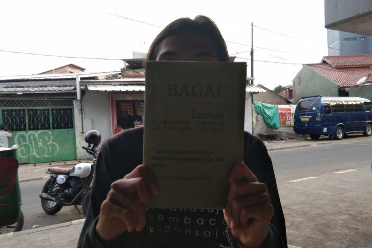 Pegiat Perpustakaan Jalanan Karawang menunjukkan Buletin Lamun yang mereka terbitkan, Rabu (Rabu/1/2020).