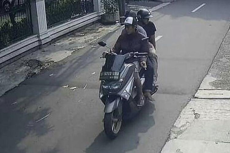 Pelaku  penjambretan handphone di Jalan Seha 2 Kebayoran Lama, Jakarta pada Minggu (18/10/2020) siang yang menimpa seorang anak kecil terekam kamera CCTV.