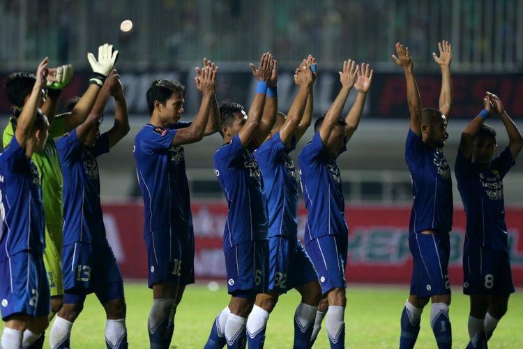 Pemain Persib Bandung selebrasi setelah memenangkan pertandingan melawan PS Semen Padang pada pertandingan perebutan tempat ketiga Piala Presiden 2017 di Stadion Pakansari, Sabtu (11/3/2017). Persib keluar sebagai juara ketiga setelah menang dengan skor 1-0. KOMPAS IMAGES/KRISTIANTO PURNOMO