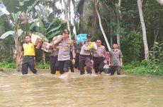Polisi Gotong Bantuan dengan Menembus Banjir di Kampar