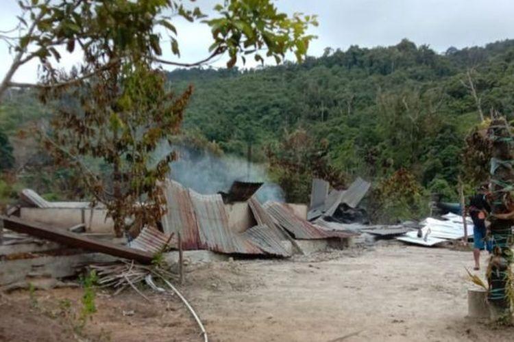 Tak hanya menewaskan empat orang anggota keluarga, enam rumah warga juga rusak karena dibakar