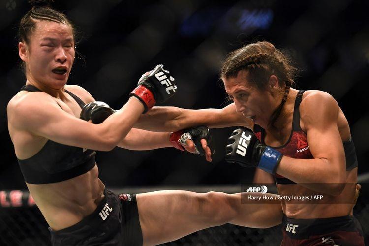 Petarung UFC, Zhang Weili bertukar serangan dengan Joanna Jedrzejczyk pada laga UFC 248, Minggu (8/3/2020) pagi WIB.