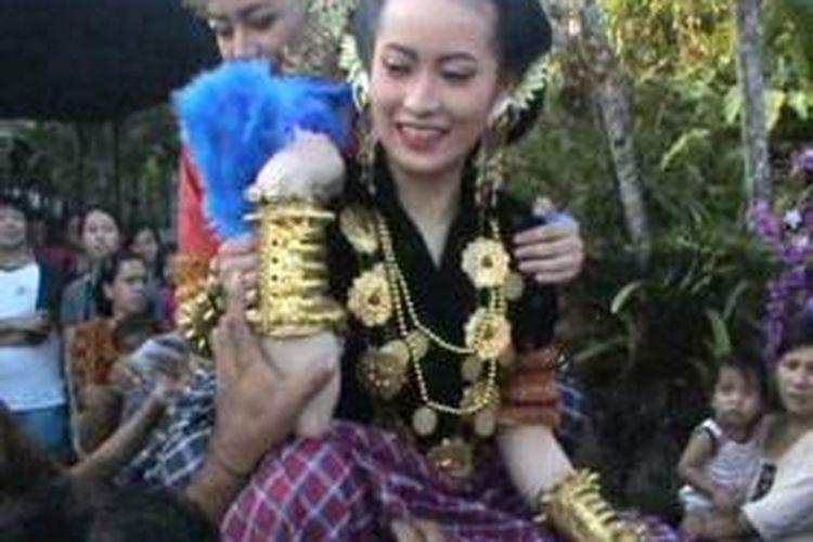 Sejumlah wisatawan asing menjadi peserta festival kecantikan gadis-gadis Suku Mandar di Polewali Mandar Sulawesi Barat.