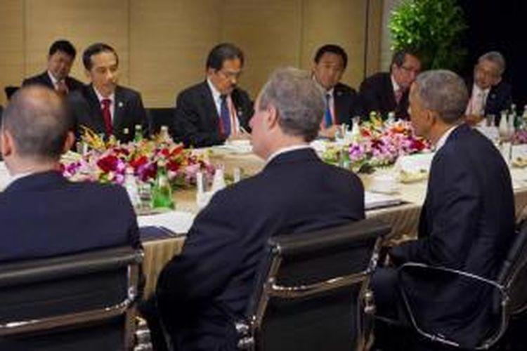 Presiden AS BArack Obama (kanan) berbicara dengan Presiden Joko Widodo dalam pertemuan bilateral di Beijing, Senin (10/11/2014). Obama berada di China menghadiri Asia-Pacific Economic Cooperation (APEC) Summit.