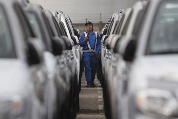 Petugas memeriksa mobil Toyota Fortuner produksi PT Toyota Motor Manufacturing Indonesia, yang akan diekspor melalui dermaga Car Terminal,  Tanjung Priok, Jakarta, Rabu (10/6/2015). Mobil-mobil ini akan diekspor ke sejumlah negara, antara lain di Timur Tengah.