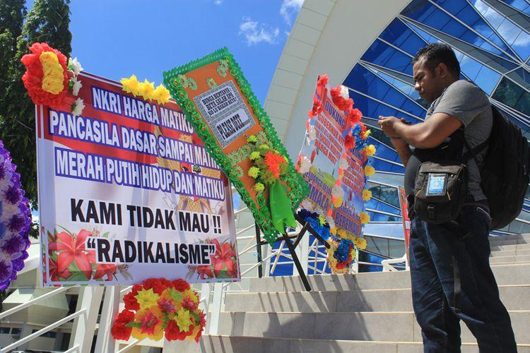 Sejumlah karangan bunga yang mendukung pemerintah untuk menolak paham radikalisme di depan Kantor Gubernur NTT