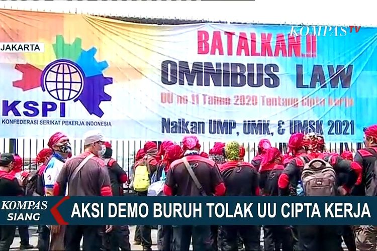 Massa buruh berdemonstrasi di depan Gedung DPR, Senayan, Jakarta, untuk menolak UU Cipta Kerja, Senin (9/11/2020).
