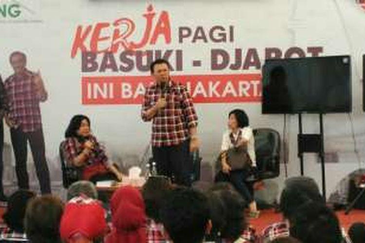Gubernur DKI Jakarta non-aktif Basuki Tjahaja Purnama (Ahok) memberi penjelasan dengan nada marah kepada warga yang mengadu tidak bisa menemuinya saat datang ke Balai Kota, di Rumah Lembang, Menteng, Jakarta Pusat, Rabu (14/12/2016).