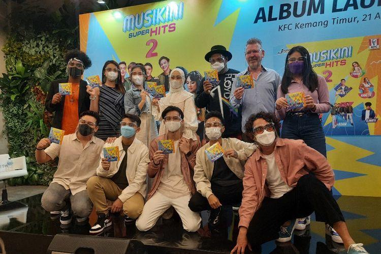 Para penyanyi yang tergabung dalam album kompilasi Musikini Superhits 2 berfoto bersama dalam acara launching yang digelar di KFC Kemang, Jakarta Selatan, Rabu(21/4/2021).