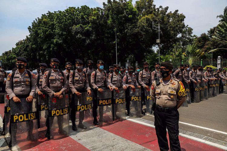 Polisi mengamankan aksi unjuk rasa di jalan Medan Merdeka Barat tepatnya depan Gedung Sapta Pesona mengarah ke Istana Negara, Jakarta Pusat, Senin (12/10/2020). Massa dari Konfederasi Serikat Buruh Seluruh Indonesia (KSBSI) menggelar aksi unjuk rasa menolak pengesahan omnibus law Undang-Undang Cipta Kerja.