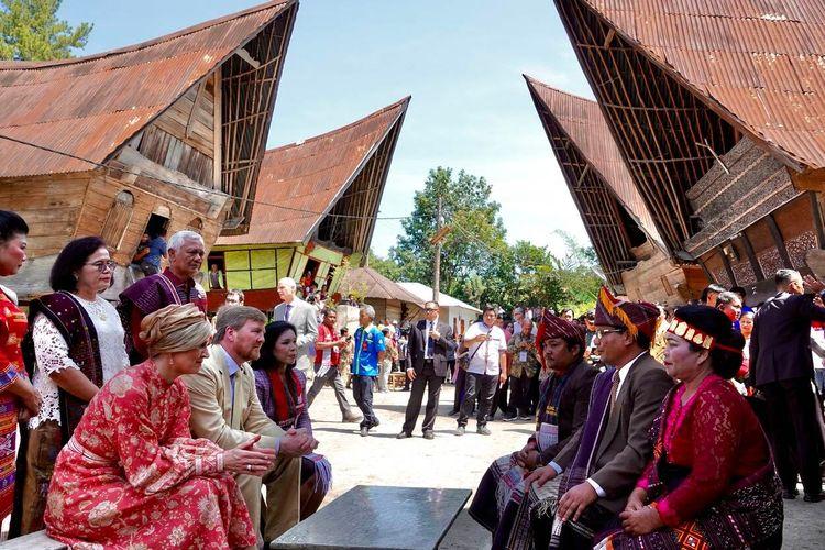 Raja dan Ratu Belanda berinteraksi dengan tokoh adat di Samosir