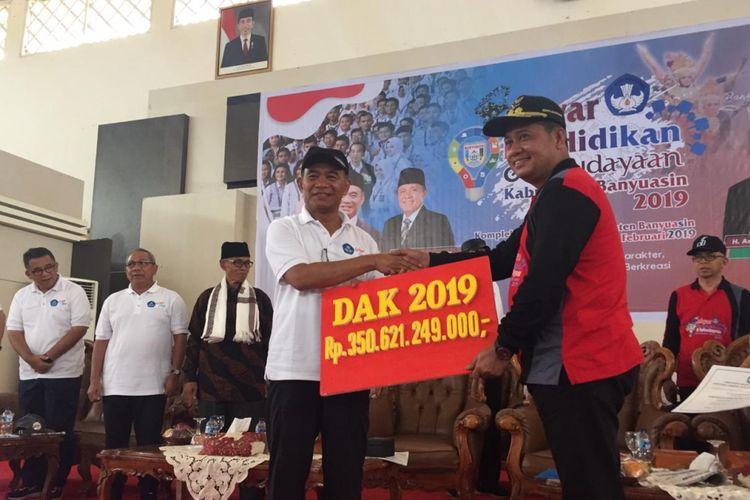 Menteri Pendidikan dan Kebudayaan (Mendikbud) Muhadjir Effendy saat menyerahkan dana sebesar Rp 350 miliar dari dana alokasi khusus (DAK) untuk keperluan Bantuan Operasional Sekolah (BOS), pembangunan non fisik, pembangunan unit sekolah baru, serta rehabilitasi ruang kelas, di Kabupaten Banyuasin, Sumatera Selatan, Kamis (28/2/2019).