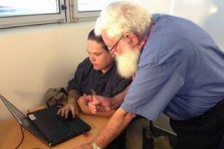 Setelah lama mencari kerja, Bob Massie bekerja sebagai tutor di Evocca College di Ipswich, negara bagian Queensland