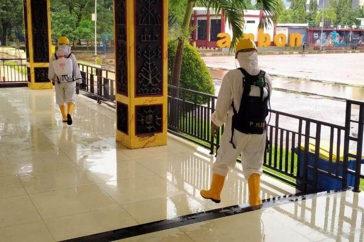 Personel gegana satuan Brimob Polda Maluku melakukan penyemprotan cairan disinfektan di tribun Lapangan Merdeka Ambon, Sabtu (8/8/2020)