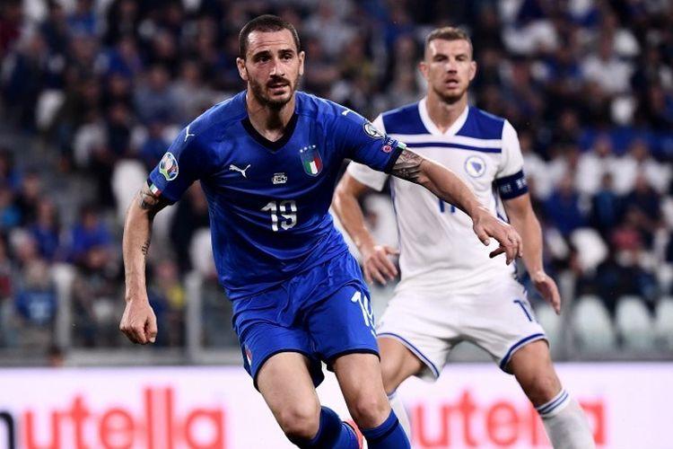 Leonardo Bonucci bertugas mengawal Edin Dzeko pada pertandingan Italia vs Bosnia-Herzegovina dalam lanjutan kualifikasi Euro 2020 di Stadion Allianz, Turin, 11 Juni 2019.